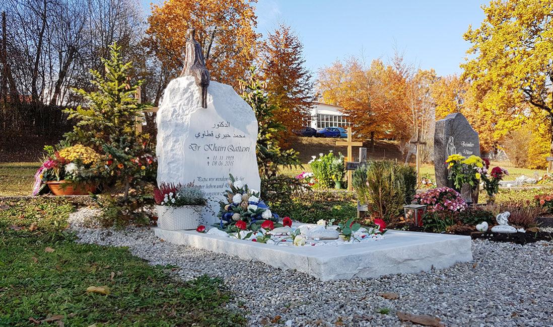 Grananlage Einzelgrab Grabeinfassung Marmor Grabgesteck Rosen Kies Bronzefigur Elfe Bildhauer München