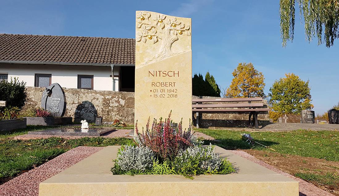 Urnengrab mit Grabstein & Gestaltung im Herbst