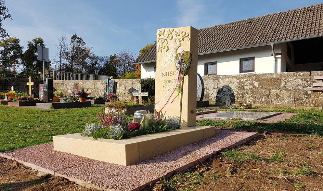 Grabmal Urnengrab Grabschmuck Herz Einfassung Kalkstein Grabpflanzen