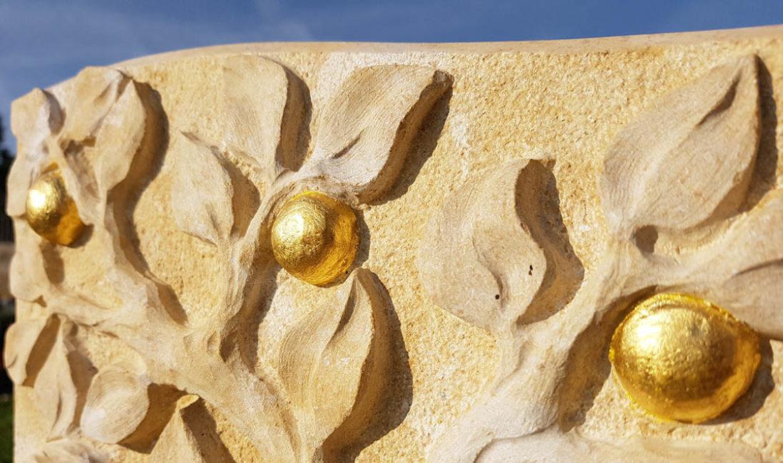 Grabstein Urnengrabmal Kalkstein Blätter Vergoldung