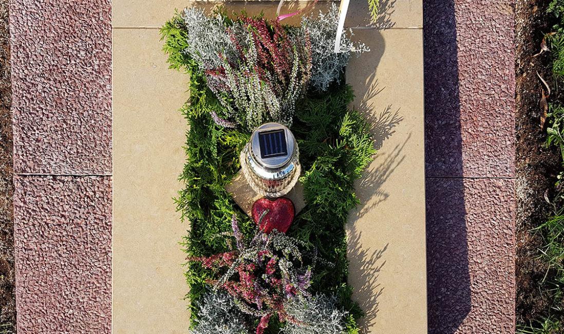Grabstein Urnengrabmal Grablampe Grabbepflanzung Winter Besenheide
