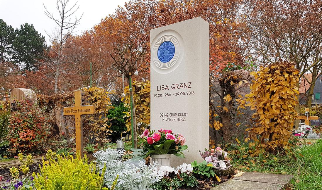 Einzelgrabstein Grabmal Kalkstein Glas Spirale Grabbepflanzung Herbst Winter Blumen Steinmetz Frankfurt