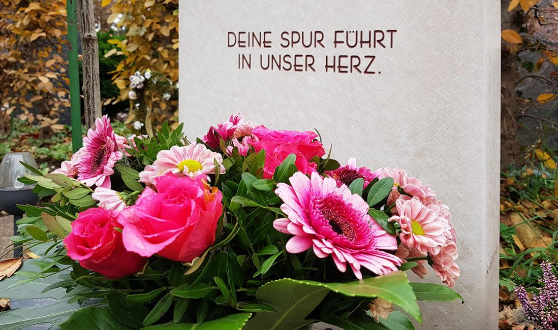 Grabmal Einzelgrabstätte Kalkstein Grabspruch Blumenstrauss Gerbera Rosen Gestaltung Idee Friedhof Franfurt