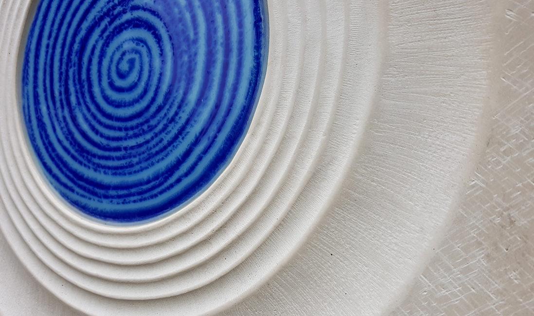 Grabmal Kalkstein Spirale Glaseinsatz blau Grabsteinbearbeitung Beispiel Friedhof Frankfurt