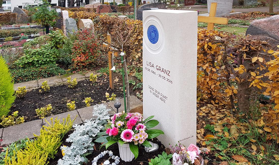 Grabanlage Einzelgrabstein Kalkstein Glas Spirale blau Grabpflanzen Stauden Herbst Winter Friedhofsgärtner Eschborn Frankfurt