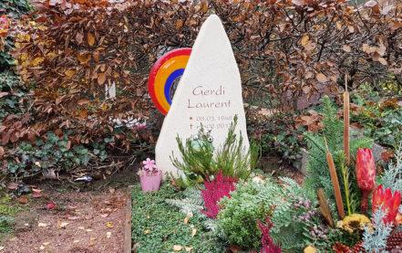 Impressionen vom Friedhof: Grabmal mit Regenbogen spitz zulaufend