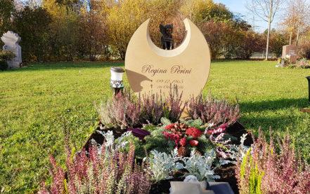 Impressionen vom Friedhof: Runder Grabstein für ein Urnengrab aus Kalkstein mit Elfe