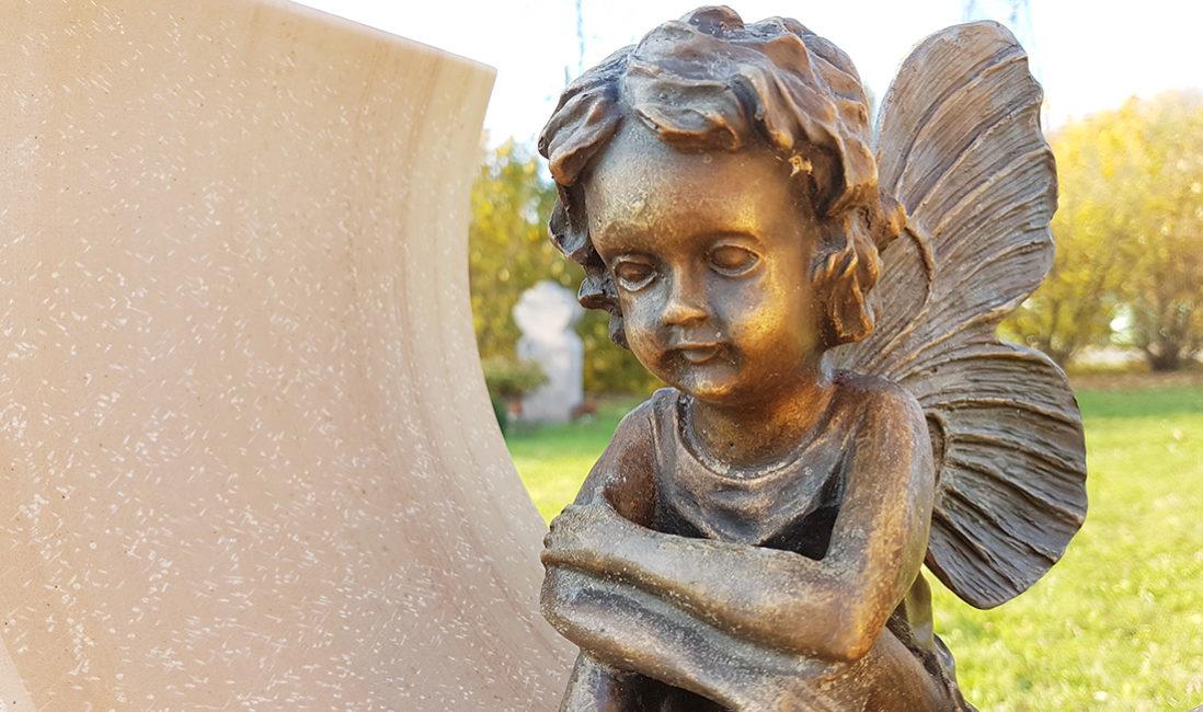 Grabstein Urnengrabmal Kalkstein Bronzefigur Elfe mir Flügeln Steinmetz Finsing