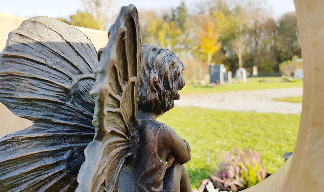 Urnengrabstein Rund Figur Bronze Elfe Flügel Steinmetz München