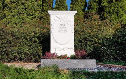 Impressionen vom Friedhof: Urnengrabmal aus Marmor mit Einfassung in Granit