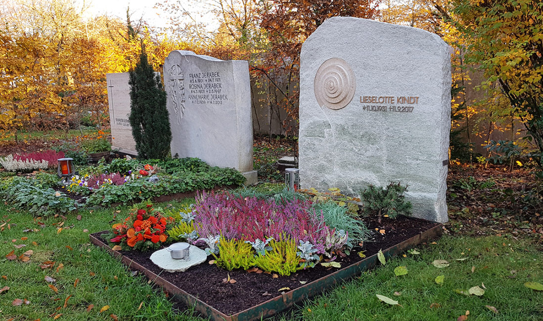 Grabstein Doppelgrab Marmor Schnecke Kalkstein Ornament Einsatz Beschriftung Edelstahl Grabgestaltung Herbst Winter Weihwasserkessel Grabschmuck