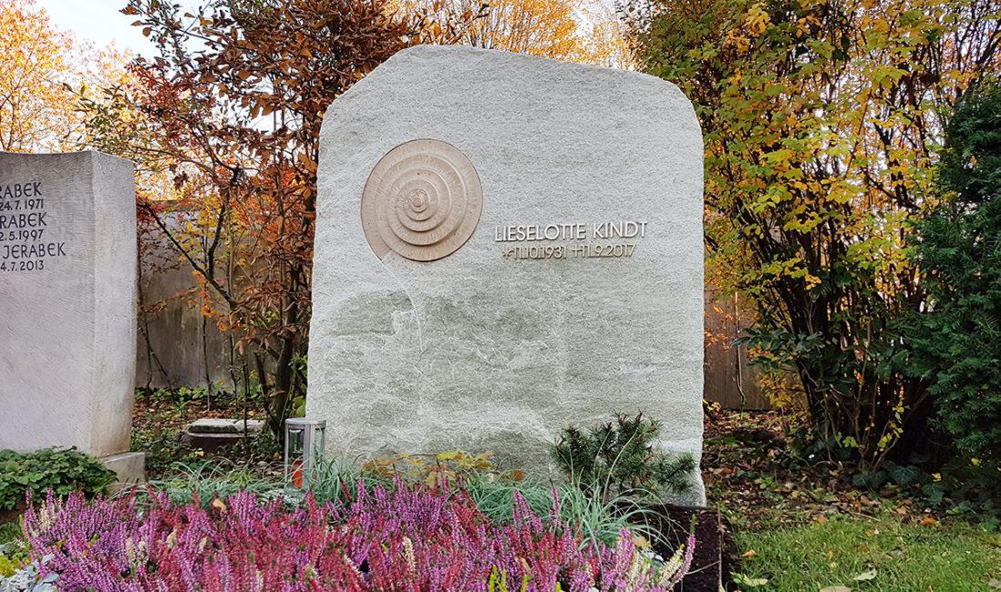 Doppelgrabstein Marmor Kalkstein gebrochen Spirale Inschrift Edelstahl Grabbepflanzung Steinmetz Vaterstetten