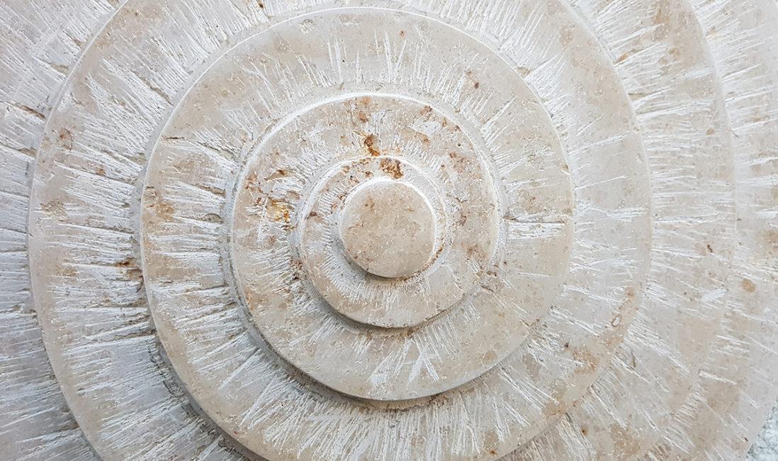 Doppelgrabstätte Familiengrab Ornament Kalkstein Einsatz Schnecke Spirale Steinbildhauer Vaterstetten