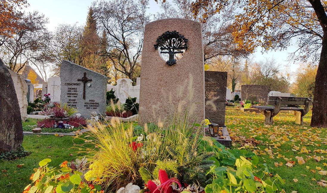 Einzelgrabstätte Grabstein Granit Grabeinfassung Öffnung Bronzekreuz Baum Grabanpflanzung Gräser Stauden Gärtnerei Vaterstetten