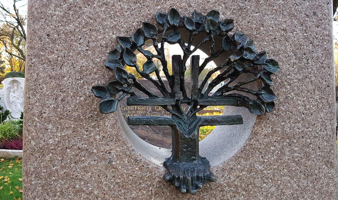 Grabstein Aussparung Bronzefigur Kreuz Baum Leben Granit Steinbildhauer Vaterstetten