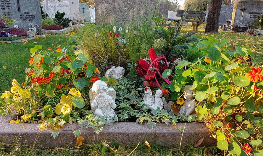 Grabanlage Einzelgrab Grabumrandung Grabschmuck Engel Grabgesteck Herbst Stauden Grabgestaltung pflegeleicht