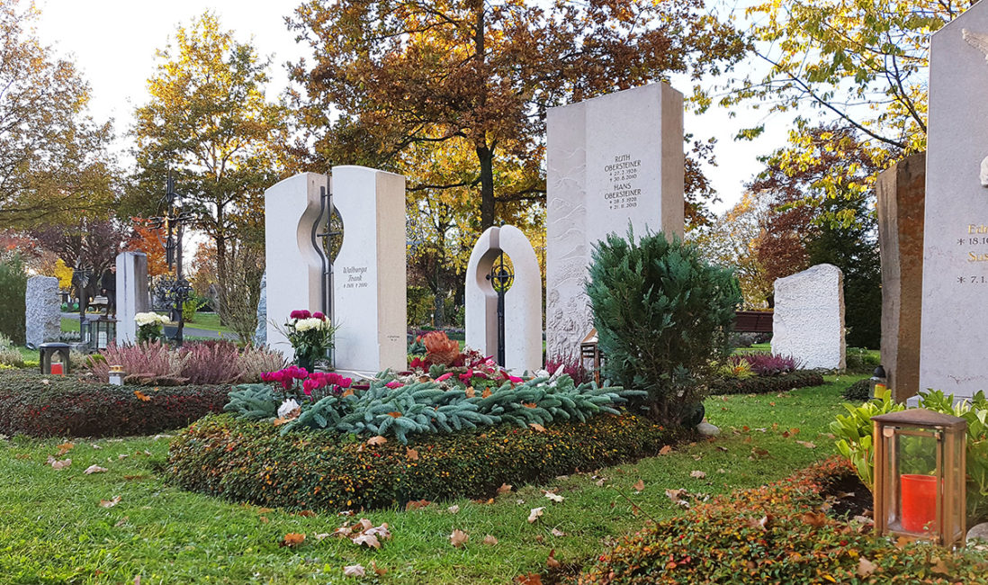 Grabmal Einzelgrabstätte Kalkstein Grabgestaltung floral Bodendecker pflegeleicht Nadelgehölz Bäumchen Wintersbdeckung Vaterstetten