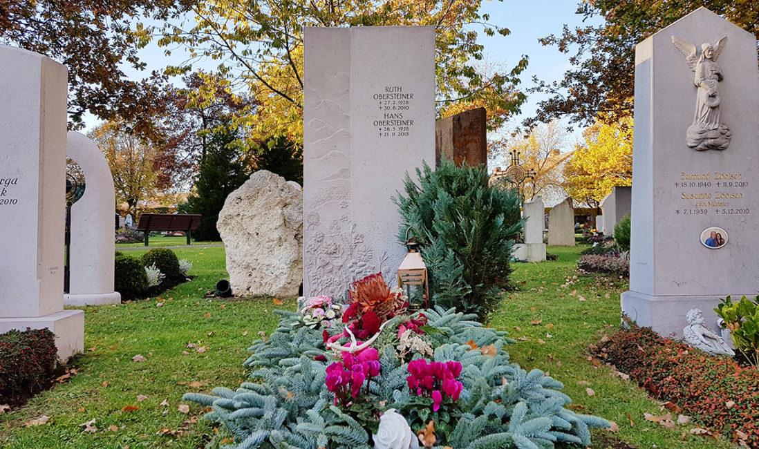 Grabstein Einzelgrabanlage Kalkstein Blumen schlicht Gehölz Grabbepflanzung Bodendecker immergrün Grababdeckung Reisig Winter Allerseelen Vaterstetten