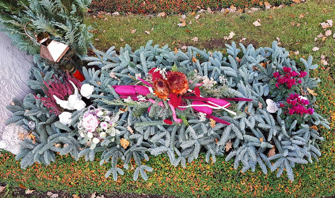Grabstätte Grabepflanzung Idee Winter Gestaltung Beispiel Reisig Allerheiligen Grabgesteck Blumenbukett Friedhofsgärtner München