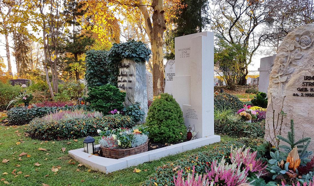 Grabanlage Einzelgrab Kalkstein Grabumfassung Grabgestaltung Blumen Büsche Bäumchen Grabschale Herbstbepflanzung Friedhof Vaterstetten