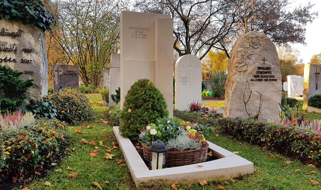 Einzelgrabmal Grabeinfassung Kalkstein Modern Grabspruch Grabpflanzen immergrün pflegeleicht Grabgesteck Herbst Steinmetz Vaterstetten