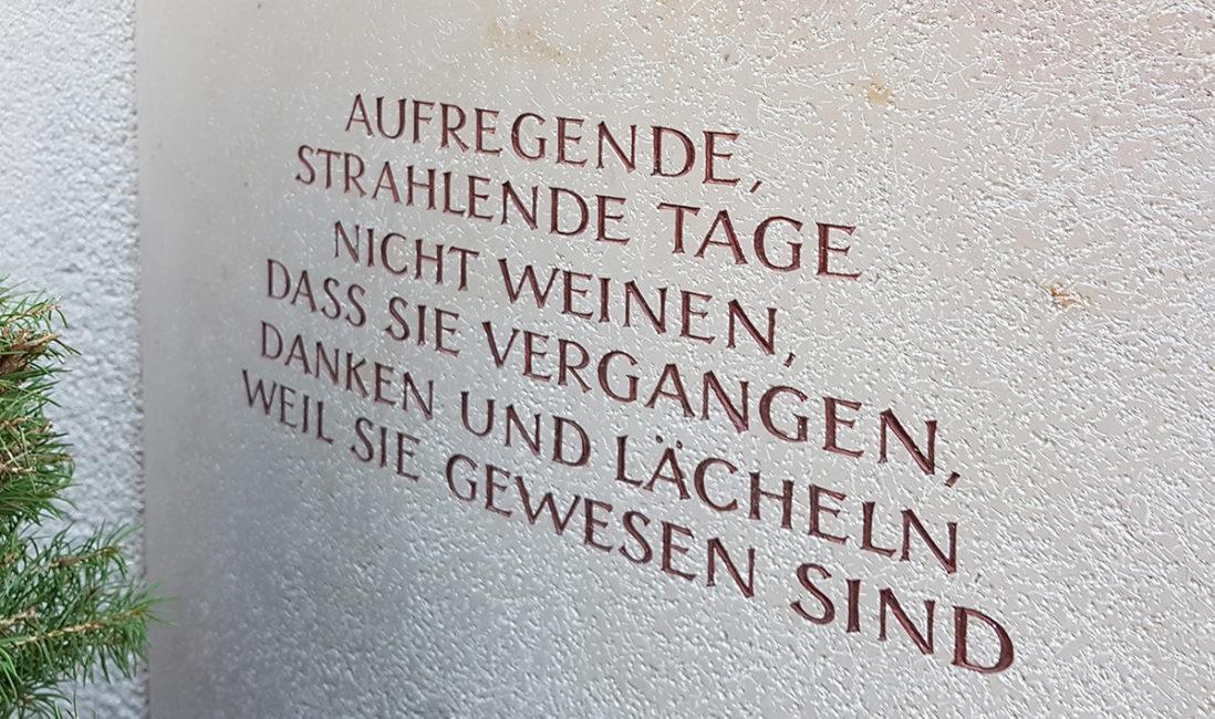 Grabmal Einzelgrabstätte Grabspruch Zitat Kalkstein Bildhauer Vaterstetten