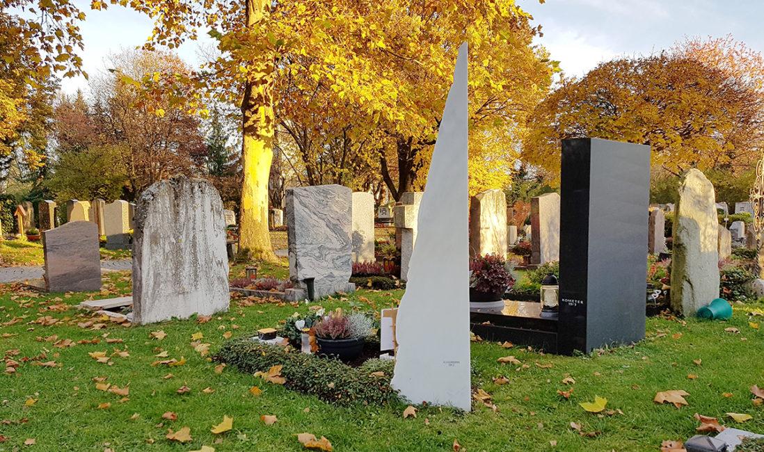 Grabstätte Einzelgrab Marmor Pyramide Stele Berg Bildhauer München Grabbepflanzung pflegeleicht Herbst Winter