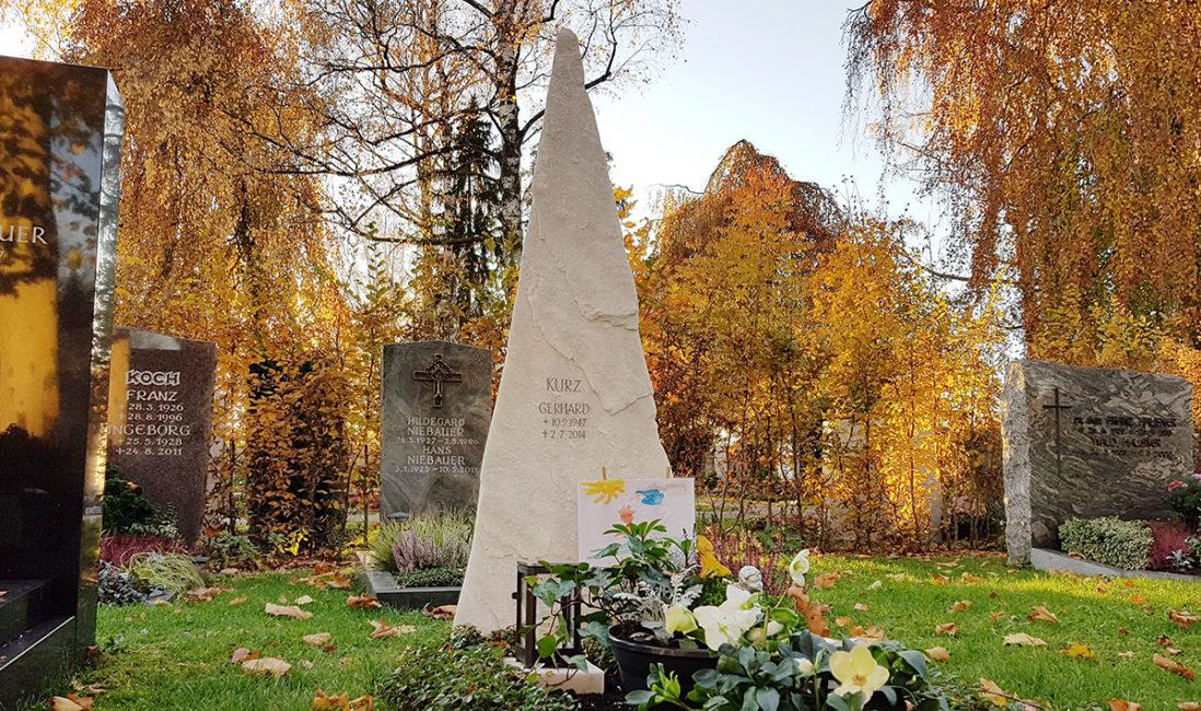 Grabstein Einzelgrab Fels Pyramide gebrochen Marmor Grabgestaltung Pflanzen Grabschmuck Grabeinfassung Bodendecker immergrün Vaterstetten