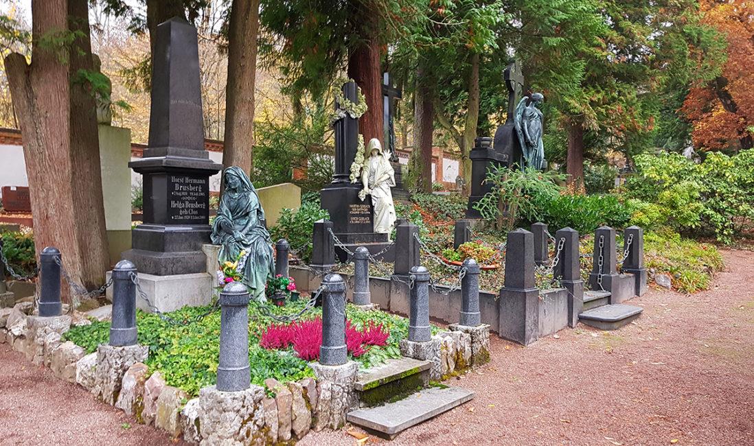 historische Grabstätte Brusberg Obelisk Granit schwarz Bronzefigur Frau Mensch Grabgestaltung Bodendecker Steinmetz Nordfriedhof Wiesbaden