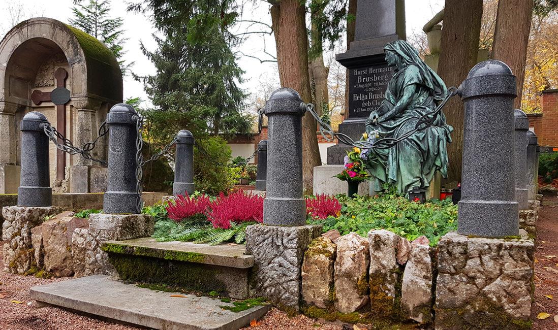 historisches Grabmal Granit Säule Figur Bronze Lebensgroß Grabeinfassung Fels Grabbepflanzung pflegeleicht Friedhofsgärtner Nordfriedhof Wiesbaden