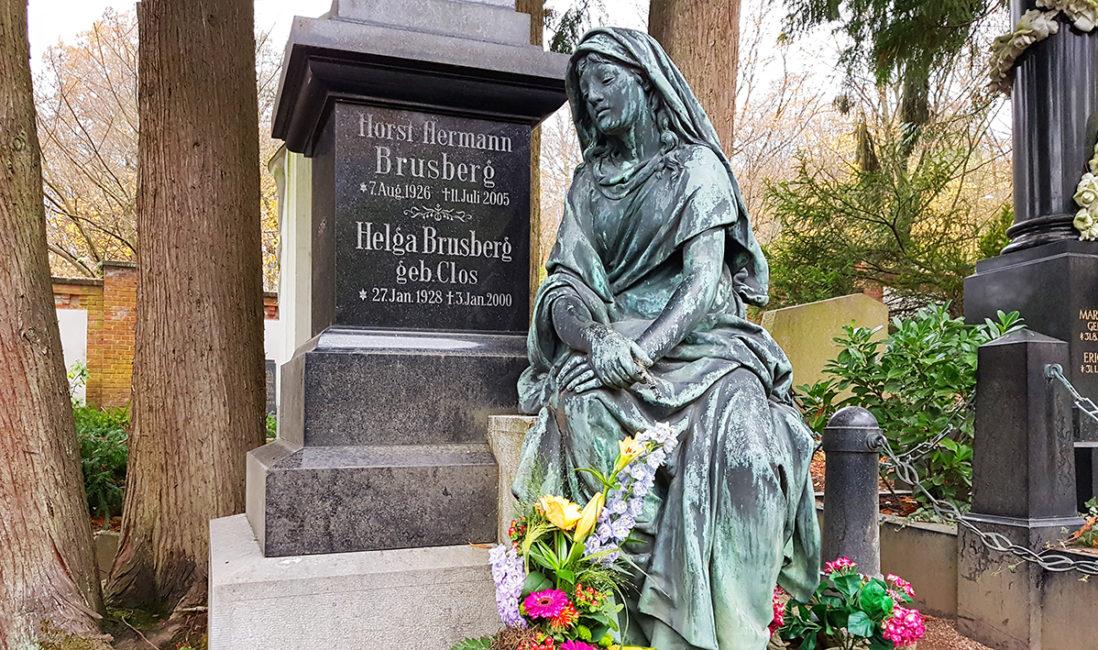 historische Grabanlage Granit Grabstein Säule Frau sitzend Bronze Skulptur Blumenschmuck Brusberg Nordfriedhof Wiesbaden
