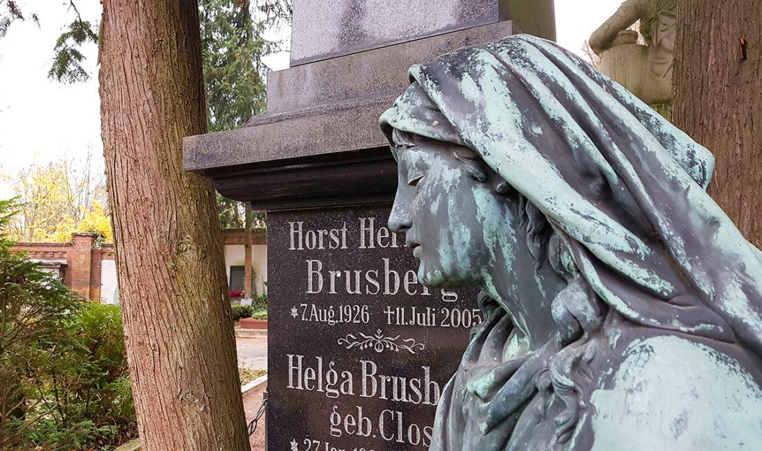 Stele Granit Grabinschrift Steinmetz Bronze Figur Frau geschlossene Augen Steinbildhauer Nordfriedhof Wiesbaden historische Grabanlage