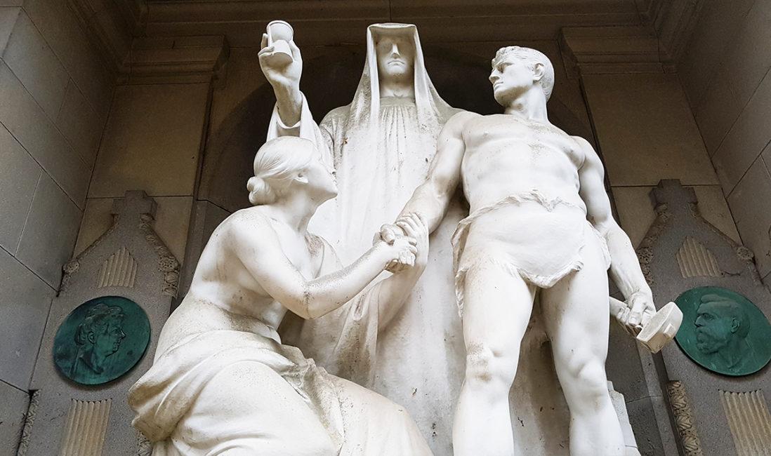 Der Tod historische Grabstätte Eduard Bartling Marmor Figurengruppe Stundenglas Mann Frau Bildhauer Ernst Herter Nordfriedhof Wiesbaden