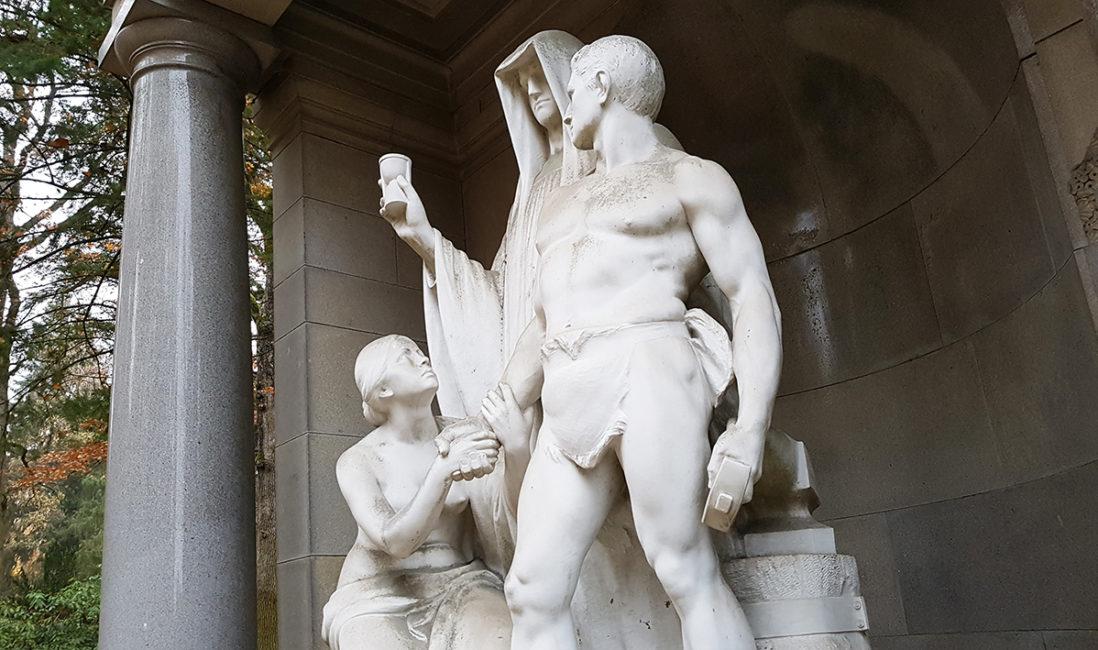 Tempel Anlage Grabstätte Eduard Bartling Marmorfiguren Menschen der Tod Steinmetz Ernst Herter Nordfriedhof Wiesbaden