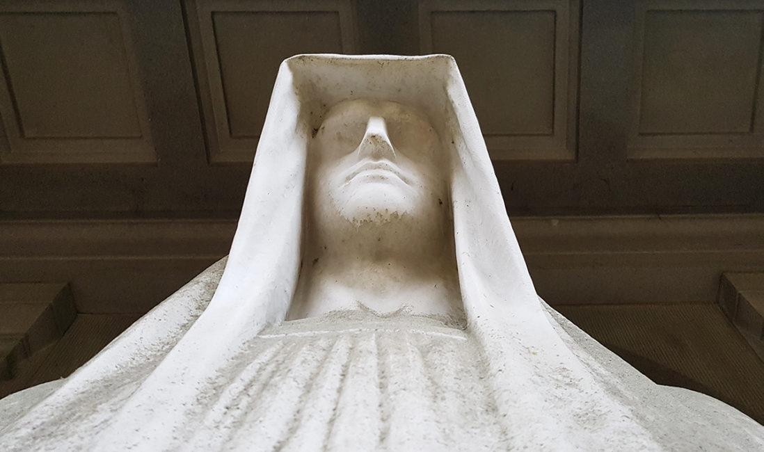 historische Grab Figur Eduard Bartling Marmor der Tod Menschliche Darstellung Tempelanlage Friedhofsverwaltung Wiesbaden Nordfriedhof