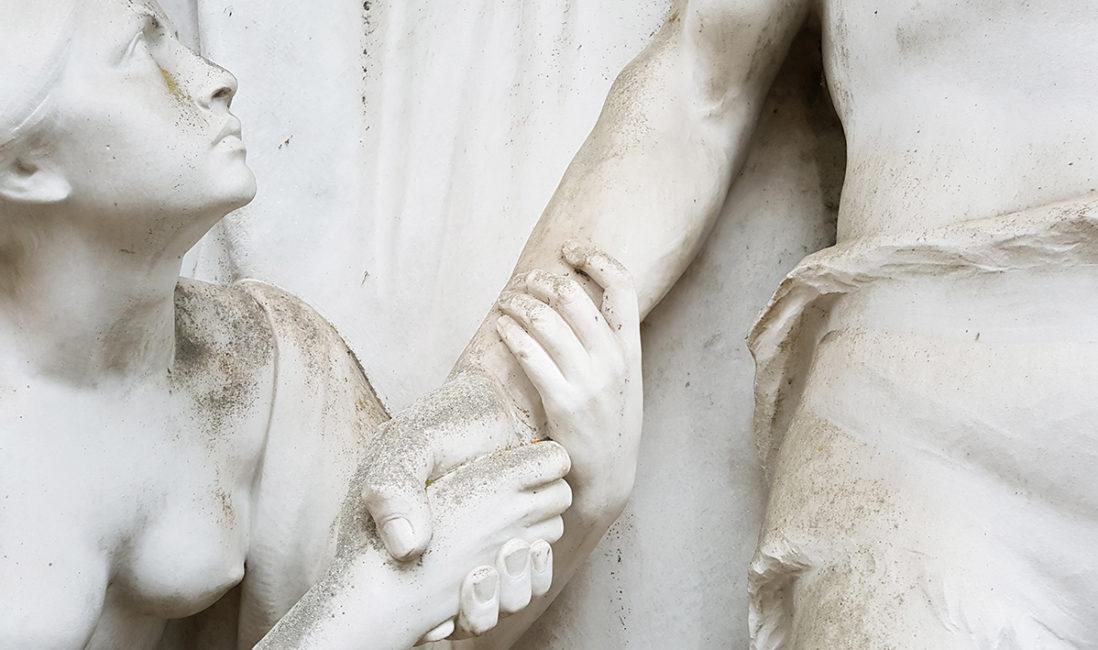 historisches Mausoleum Grabanlage figürliche Darstellung Hände umfassen Marmor Bildhauer Arbeit Kunst Steinbildhauer Nordfriedhof Wiesbaden