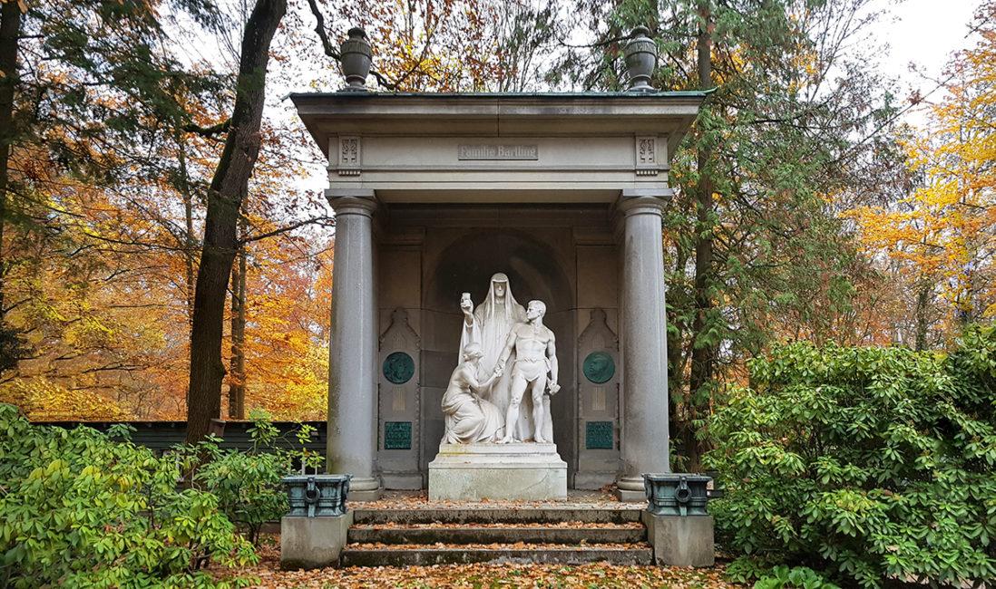 Mausoleum Eduard Bartling Historisch Granit Marmor Tempel Säulen Figuren Gruppe der Tod Frau Schmied Säulen Nordfriedhof Wiesbaden