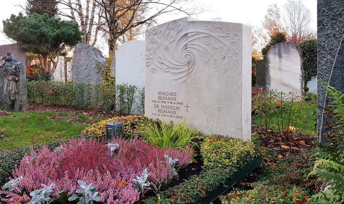 Grabanlage Familiengrabstein Kalkstein Lebensweg Grabgestaltungsidee Herbstbepflanzung Stauden Bodendecker Hecke als Grabeinfassung Vaterstetten München
