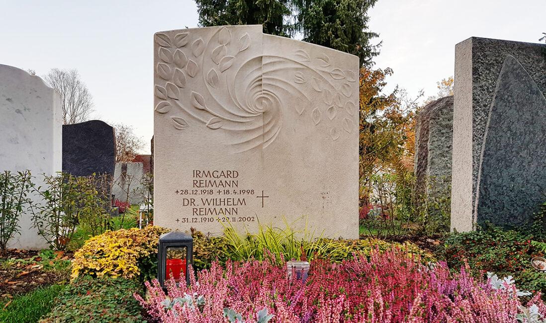 Familiengrab Grabstein Kalkstein Kosten Preise Friedhofsamt Symbol Spirale Blätter Grablampe Grabbepflanzung Beispiel Herbst Vaterstetten München