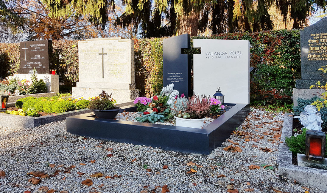 Doppelgrab Grabstein zweiteilig Kalkstein hell Granit schwarz Graneinfassung Grabschmuck Kreuz religiös Grabbepflanzung Herbst Pfaffenhofen München
