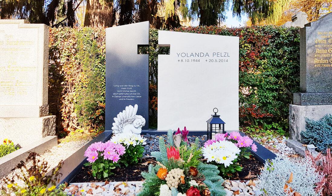 Doppelgrabstein Grabanlage modern Kalkstein Granit zweigeteilt Kreuz Aussparung Grabgesteck Grabgestaltung Kies Blumen Grablaterne Friedhofsgärtner Pfaffenhofen München