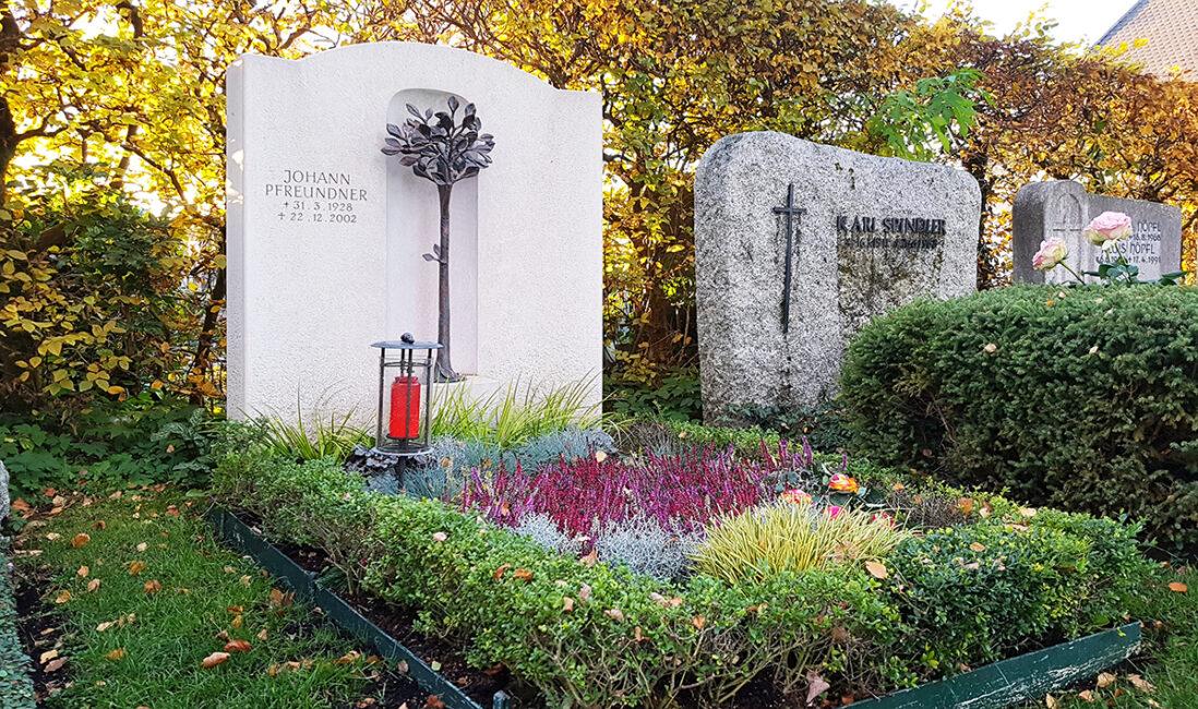 Grabstein Doppelgrabanlage Kosten Priese Kalkstein Bronzeguss Baum Grablaterne Grabbepflanzung Herbst Steinmetz Vaterstetten München