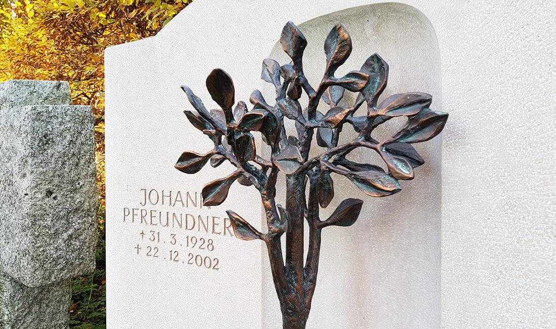 Grabstätte Doppelgrabstein Kalkstein Lebensbaum Bronzefigur Bildhauer Friedhofsverwaltung Vaterstetten München