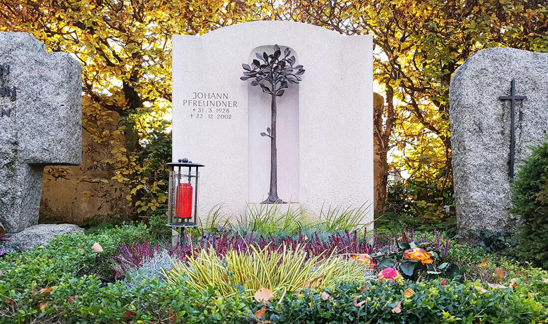 Doppelgrabstätte Kalkstein weiß Baum Bronze Figur Bronzeplastik Grablicht Grabpflege Friedhof Grabgestaltung mit Blumen Stauden Gräsern Vaterstetten Friedhof