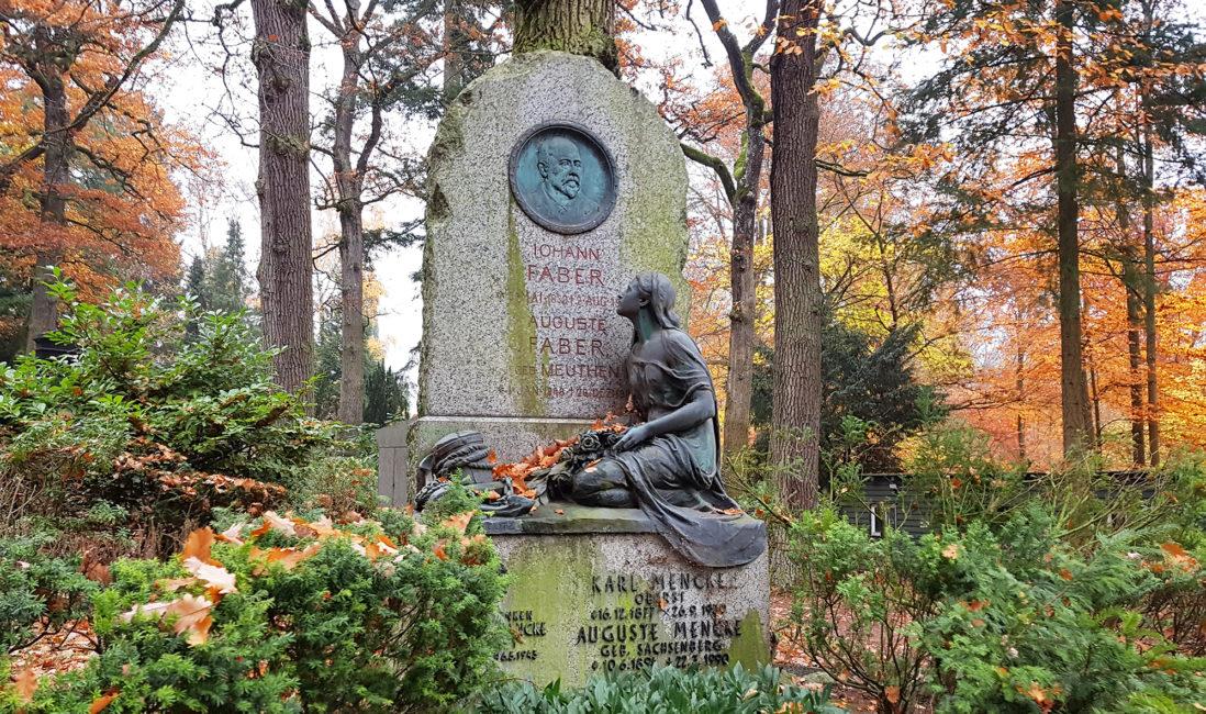 historischer Grabstein Fels gebrochen Granit Bronzeskulptur Jungfrau Bronzerelief Bildhauer Nordfriedhof Wiesbaden