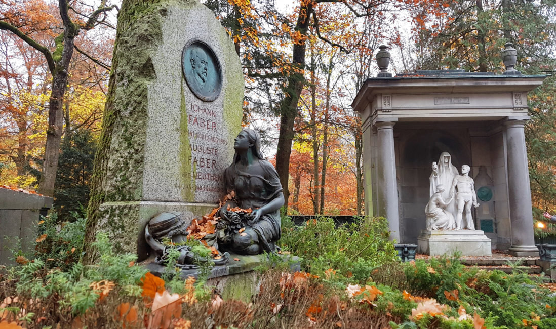 antike Grabstätte Granit Findling Bronzefigur Frau kniend Steinmetz Idee Beispiel Nordfriedhof Wiesbaden