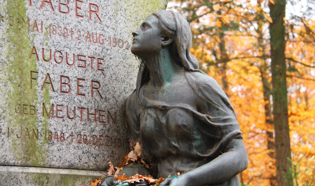 Bronze Figur antik Grabstätte Familiengrab Granit historisch Friedhofsverwaltung Wiesbaden