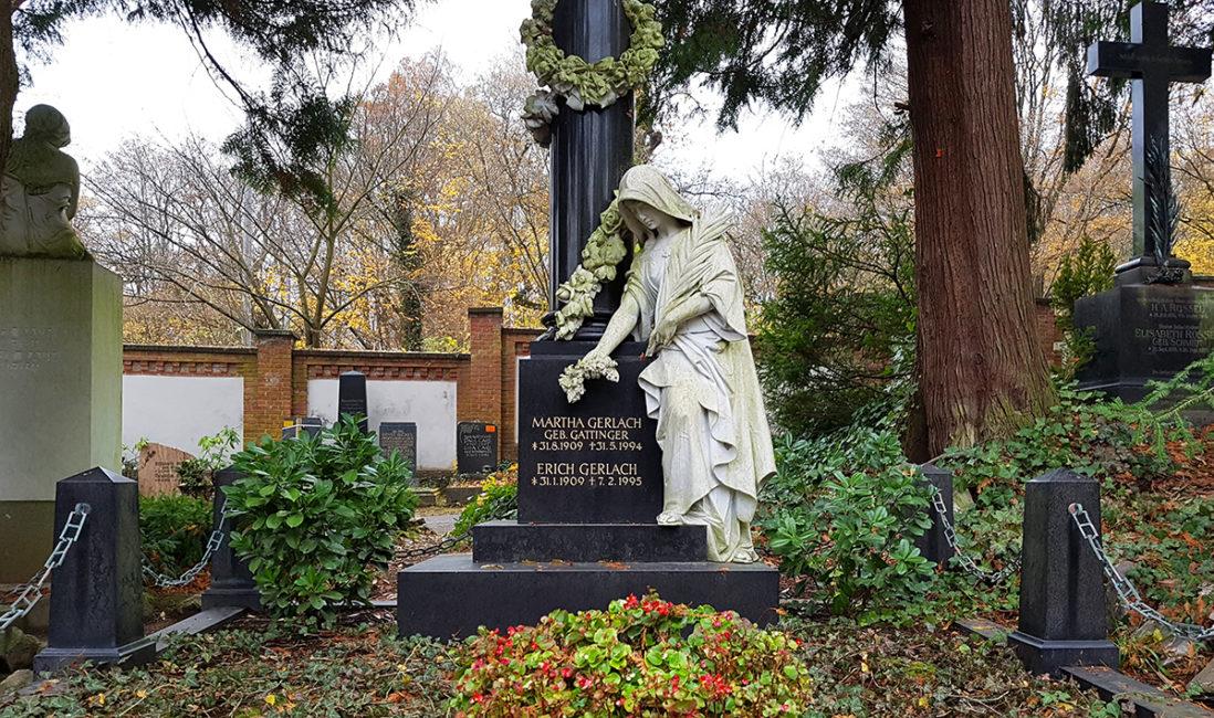 historische Grabanlage Familiengrabstein Säule Frauenfigur Rosenranke Granit schwarz Marmor vergoldete Inschrift Bodendecker Pflanzschale Nordfriedhof Wiesbaden