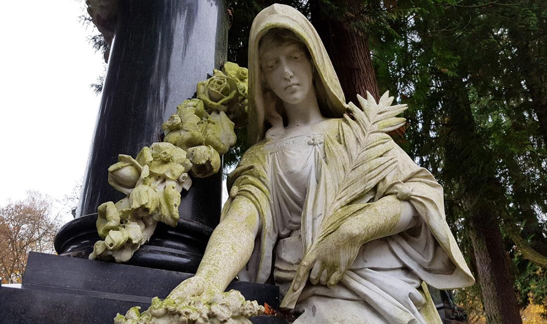historisches Familiengrab Stele Granit Rosen Ranke Marmorfigur Frau Palmzweig Bildhauer Kunst Wiesbaden