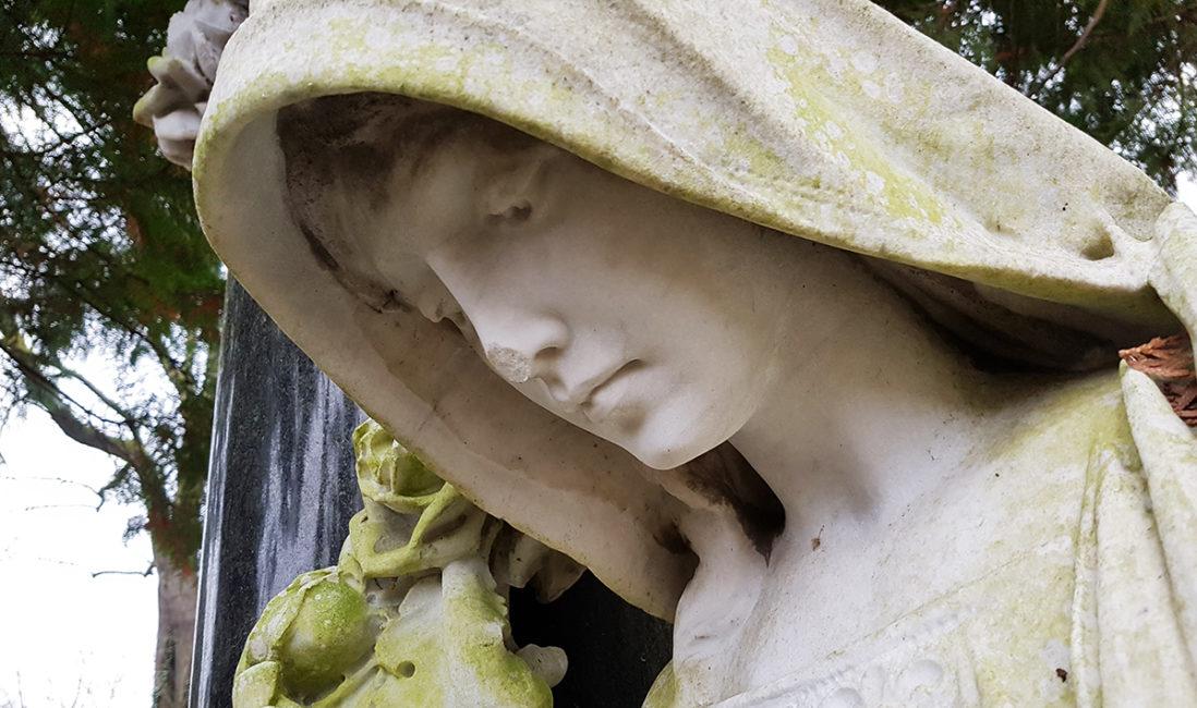 historischer Grabstein Familiengrabstätte Schwarzer Granit Marmor weiß Skulptur Frau Steinmetz Nordfriedhof Wiesbaden